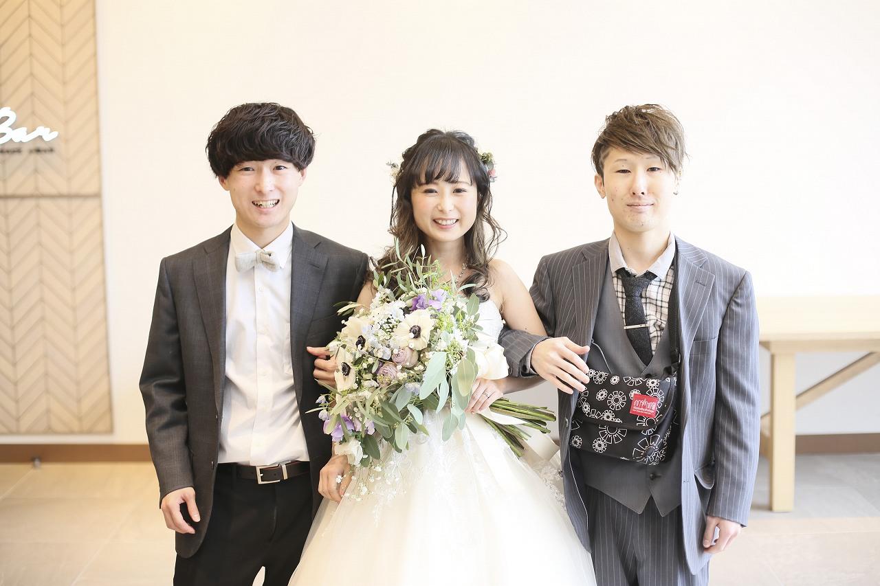 香川県高松市の結婚式場アナザースタイルで兄弟と記念撮影をする新婦