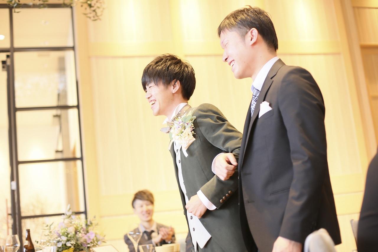 香川県高松市の結婚式場アナザースタイルで大切な友人と退場する新郎