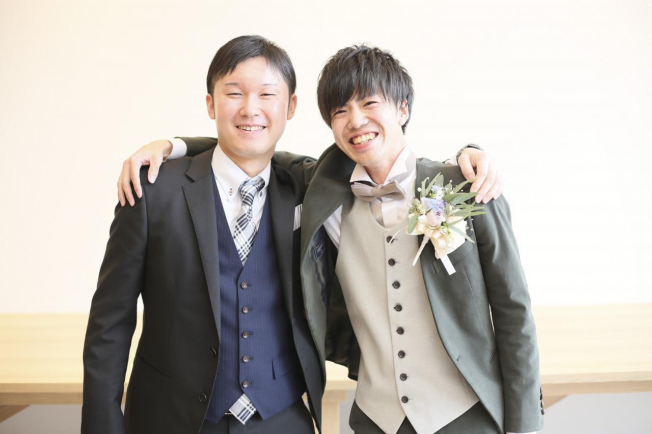 香川県高松市の結婚式場アナザースタイルで友人と記念撮影をする新郎