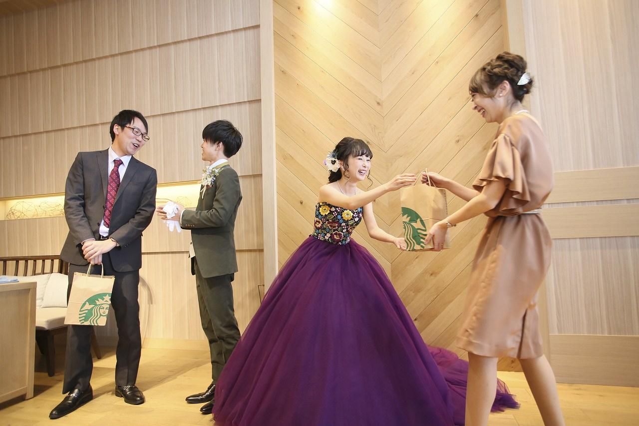 香川県高松市の結婚式場アナザースタイルでゲストにプレゼントを渡す新郎新婦