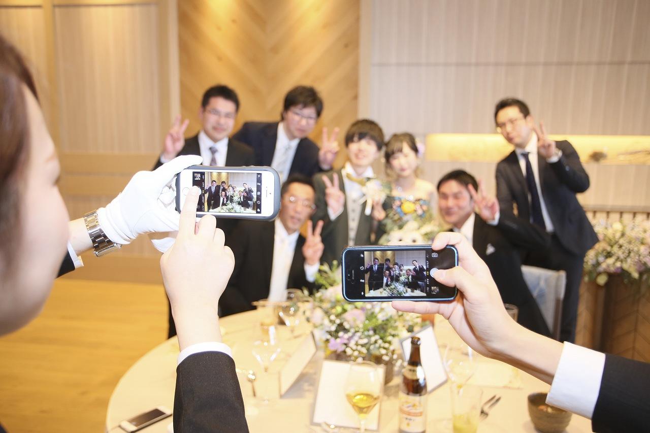 香川県高松市の結婚式場アナザースタイルでテーブルラウンド中に記念撮影