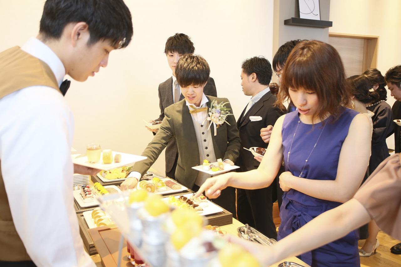 香川県高松市の結婚式場アナザースタイルでデザートビュッフェを楽しむ新郎とゲスト