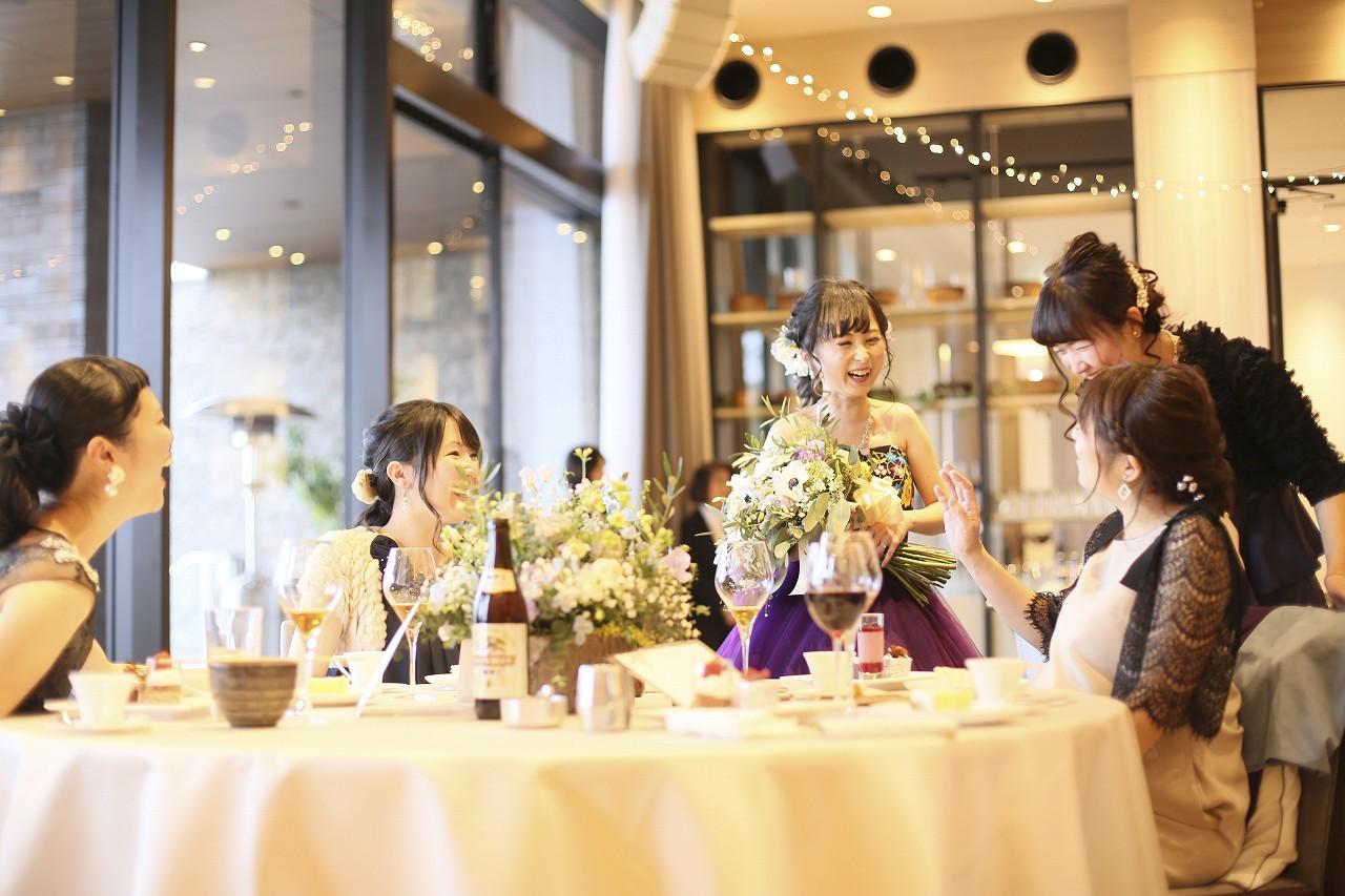 香川県高松市の結婚式場アナザースタイルで友人テーブルで談笑する新婦