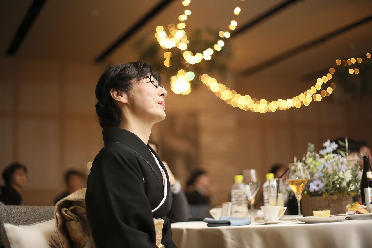 香川県高松市の結婚式場アナザースタイルで生い立ちムービーを見るお母様