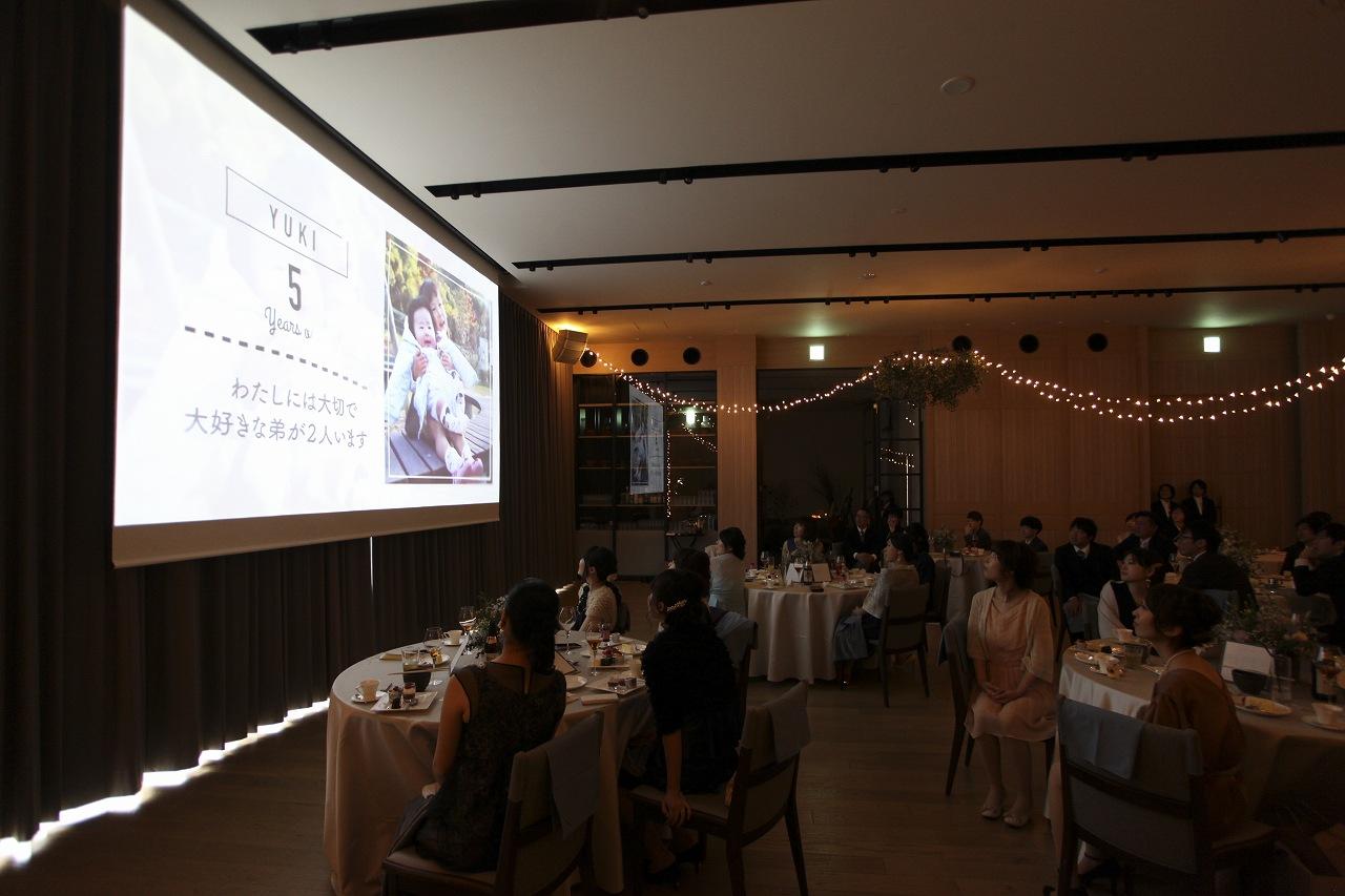 香川県高松市の結婚式場アナザースタイルで生い立ちムービーを上映