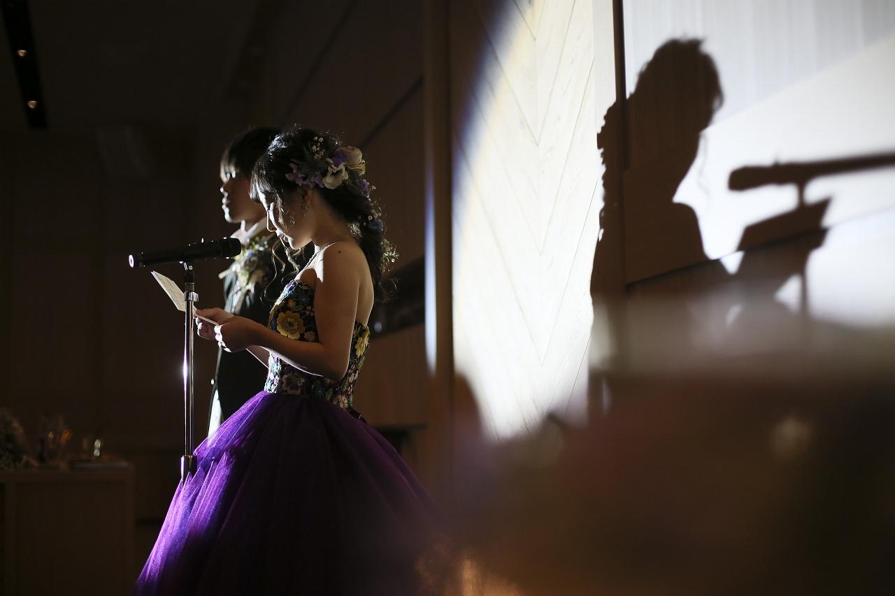 香川県高松市の結婚式場アナザースタイルで新婦が両親に手紙を読む