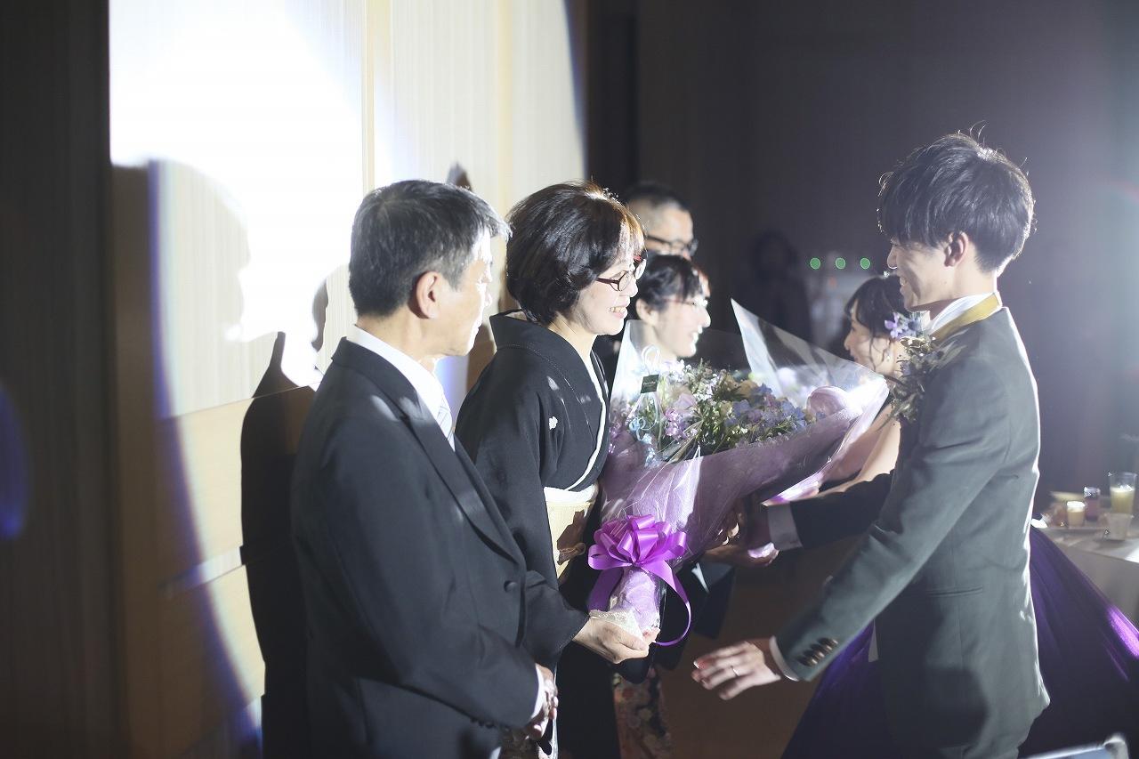 香川県高松市の結婚式場アナザースタイルで両親に花束を贈呈するシーン
