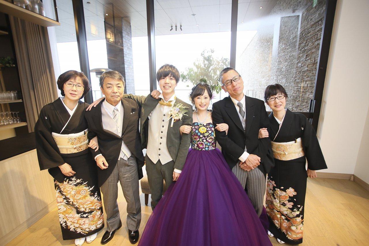香川県高松市の結婚式場アナザースタイルで新郎新婦の両親と家族写真