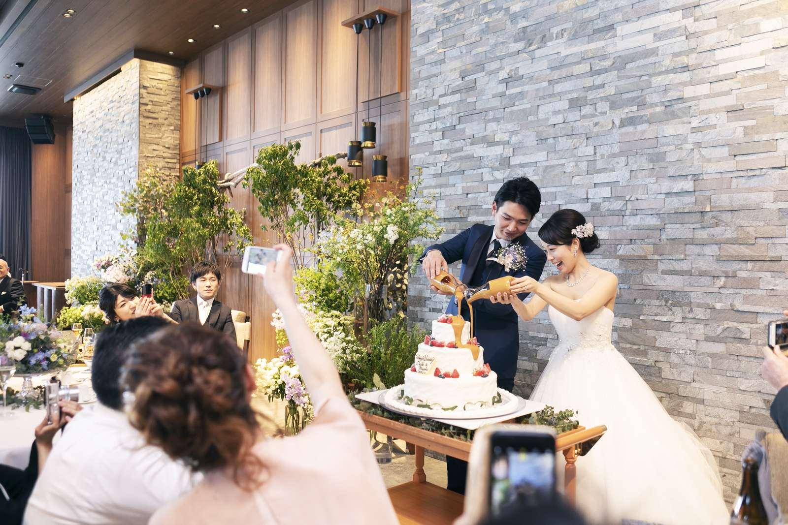 香川県高松市の結婚式場アナザースタイルでウエディングケーキにシロップをドリップする演出