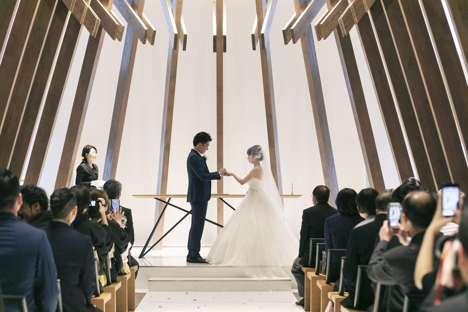 香川県高松市の結婚式場アナザースタイルのチャペルで指輪の交換