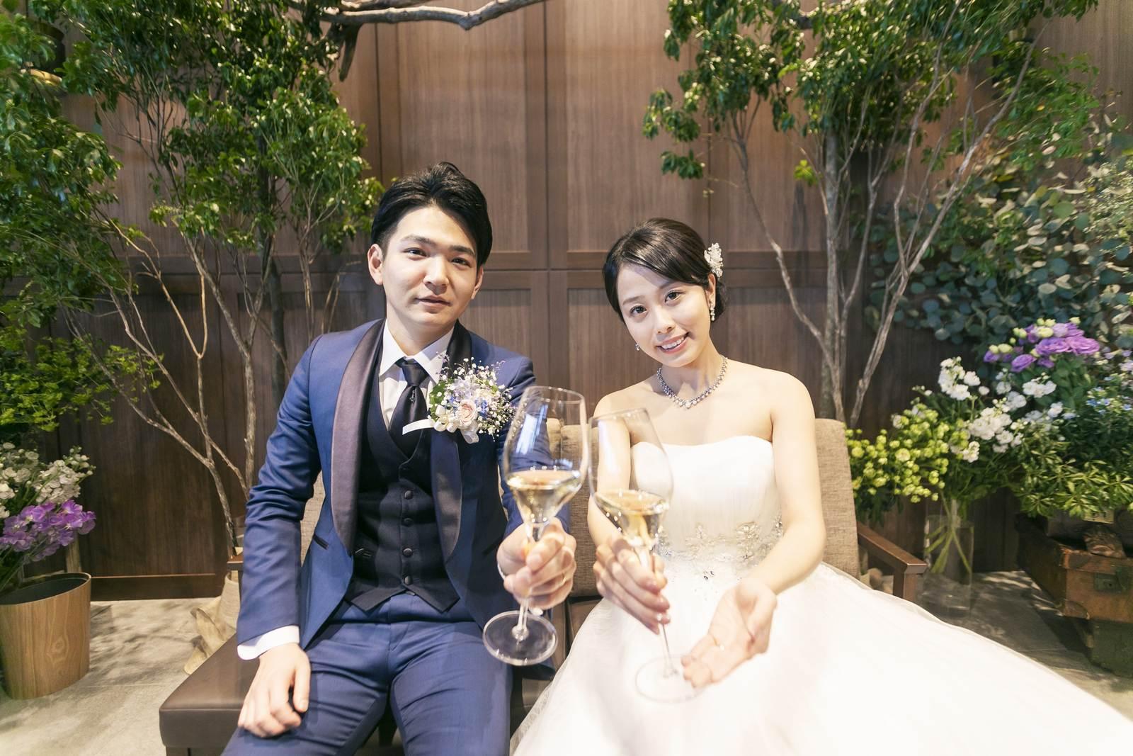 香川県高松市の結婚式場アナザースタイルのメインテーブルでふたりのショット