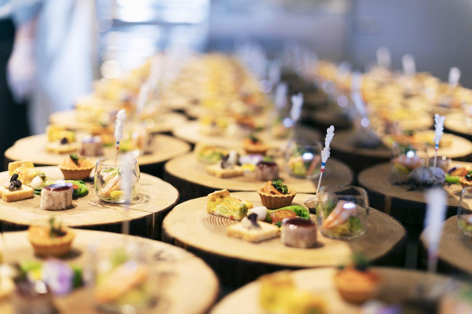 香川県高松市の結婚式場アナザースタイルの木の皿に盛りつけられたオードブル
