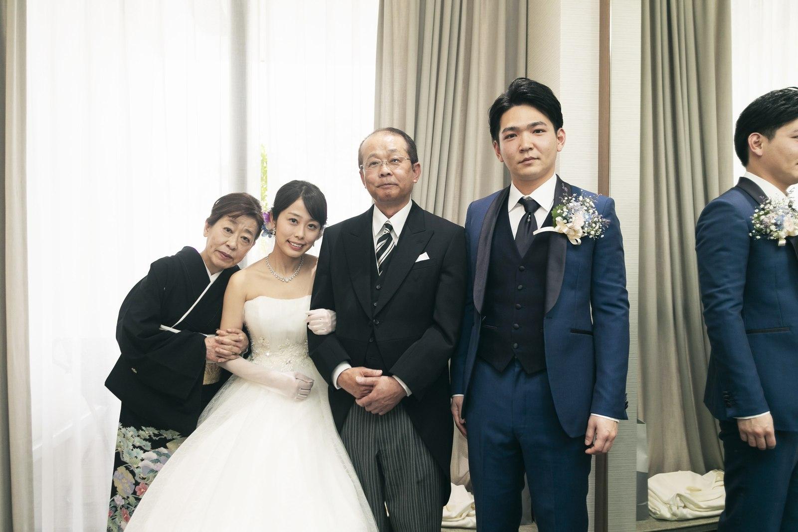 香川県高松市の結婚式場アナザースタイルの控室での家族写真