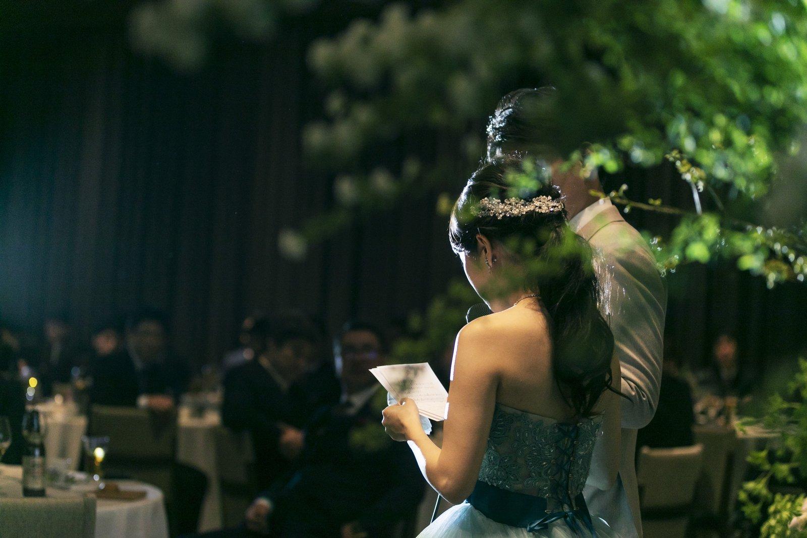 高松市の結婚式場アナザースタイルの披露宴会場で手紙を読む新婦
