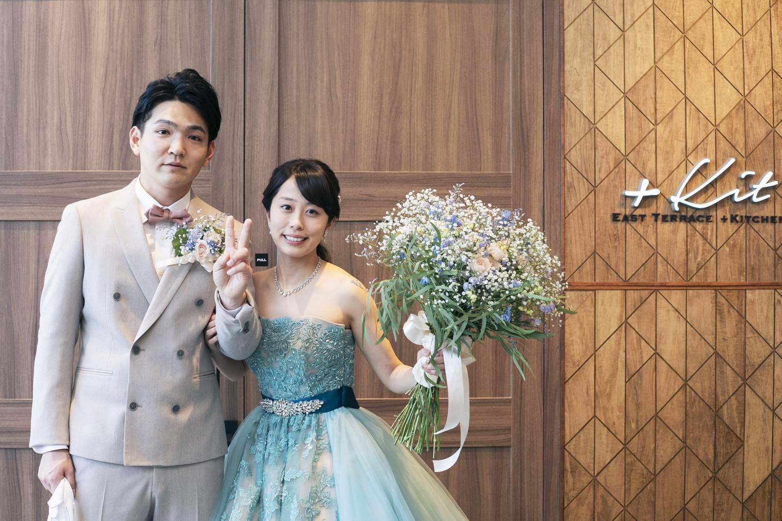 高松市の結婚式場アナザースタイルの披露宴会場前で新郎新婦ショット