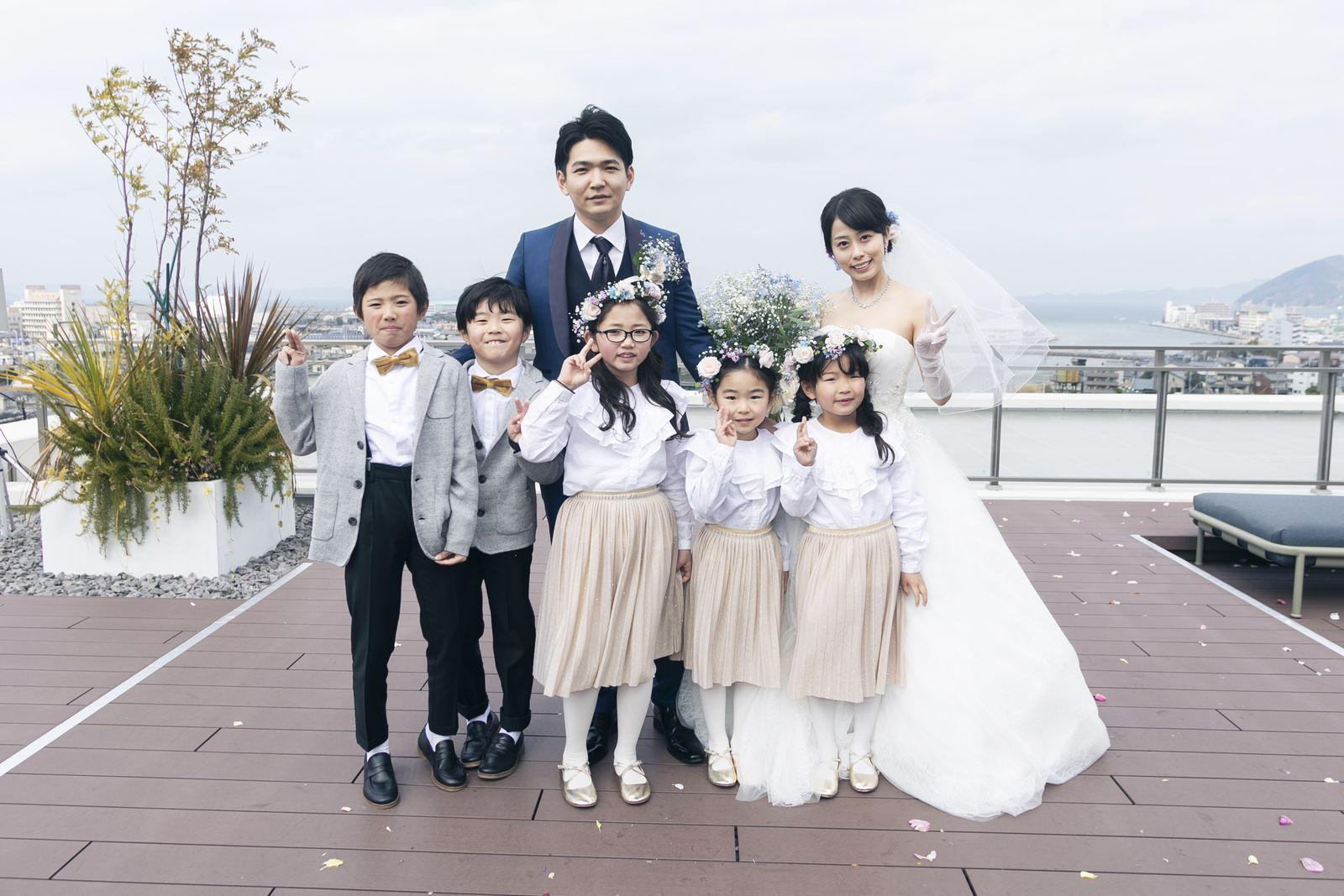 香川県高松市の結婚式場アナザースタイルのテラスでフラワーボーイ、フラワーガールと記念撮影