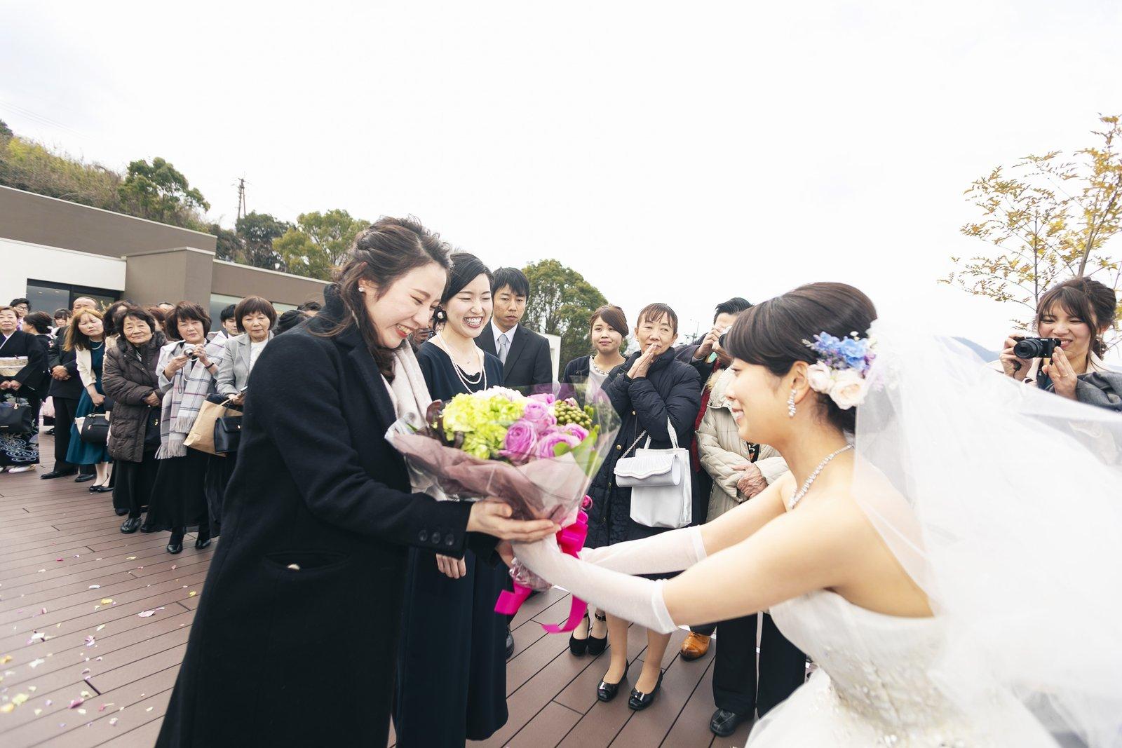 香川県高松市の結婚式場アナザースタイルのテラスでブーケのプレゼント