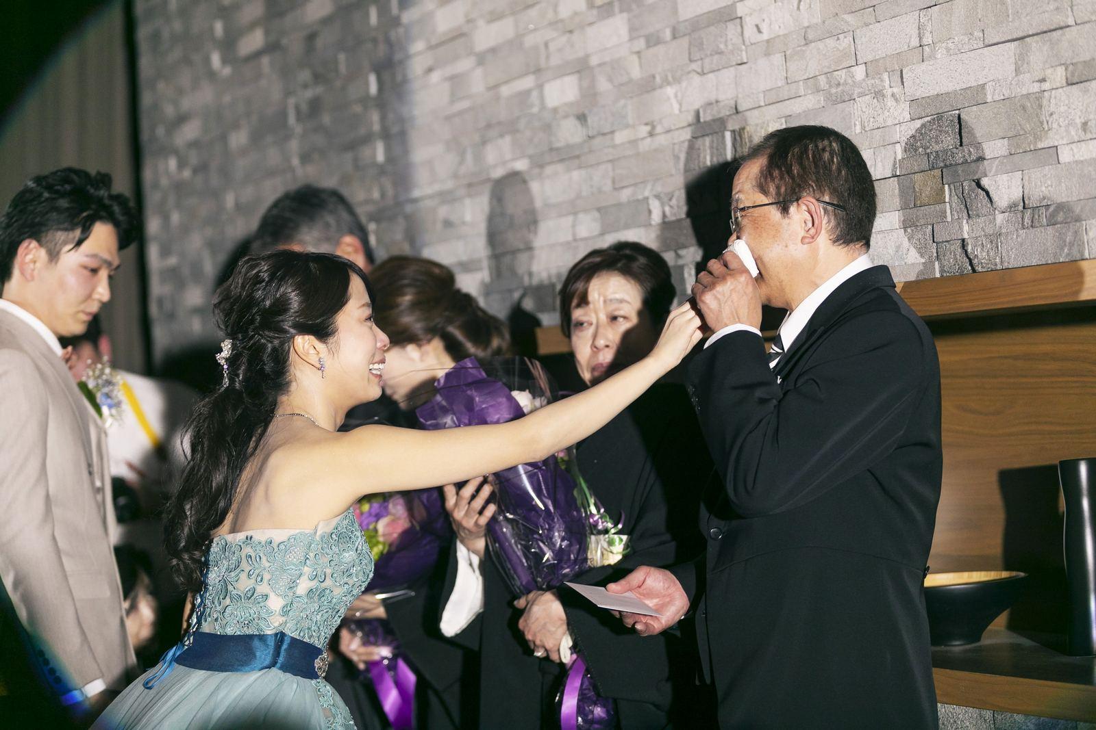 高松市の結婚式場アナザースタイルの披露宴会場で両親に花束贈呈