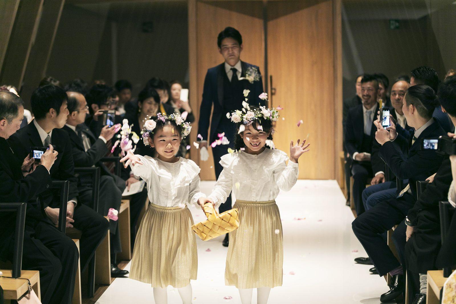 香川県高松市の結婚式場アナザースタイルのチャペル入場でフラワーガール